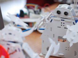 robots-boteon-table-battle-robots_147384-68