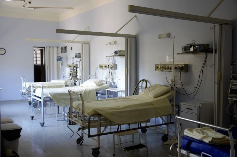 Κορωνοϊός: Αναδιάταξη των νοσοκομείων για να αντέξουν τις εισαγωγές