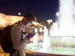 man-tourist-using-navigator-smartphone_106029-1298