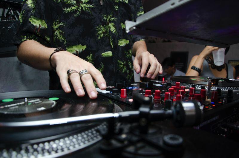 Συνεδριάζει η επιτροπή: Τι θα γίνει με μουσική και ωράριο κυκλοφορίας;