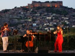 b_20069_or_Haydn Trio with Molyvos as background_c Eleonore Pouwels_