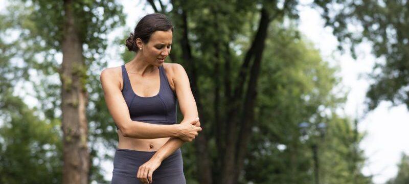 medium-shot-woman-experiencing-elbow-pain